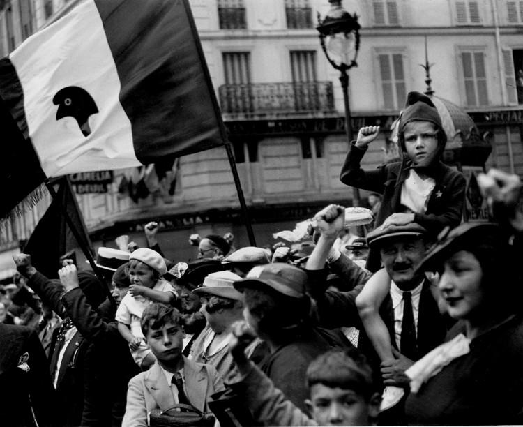 14 juillet 1936, défilé du Front populaire : la première pige photo de Willy Ronis devient un symbole. La petite fille au poing levé retrouvera le photographe 61 ans plus tard...