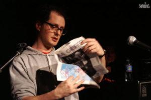 """Socalled lisant """"La Griffe"""" sur la scène de l'Ubu en 2007"""