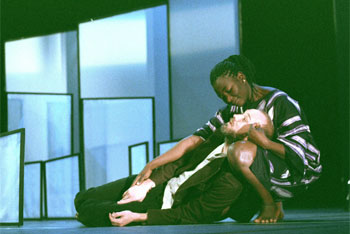 Charlie Windelschmitt et Yaya Mbilé dans « Terre lointaine » (photo Jean Henry)