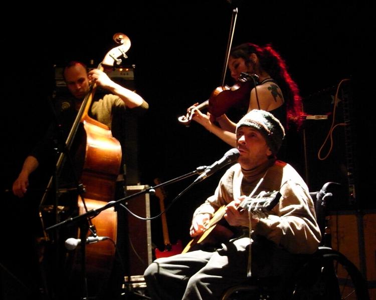 Vic Chesnutt (voix, guitare), Jessica Moss (violon) et Thierry Amar (contrebasse) — Photo Loïc Ballarini